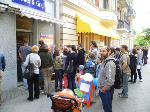 GCT 2011 - Schlange vor dem Laden.